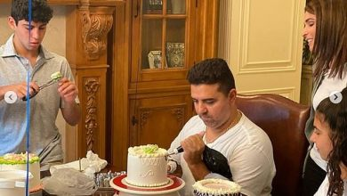 Photo of Cake Boss Buddy Valastro prahis decorates with the left hand … two weeks after the bowling accident