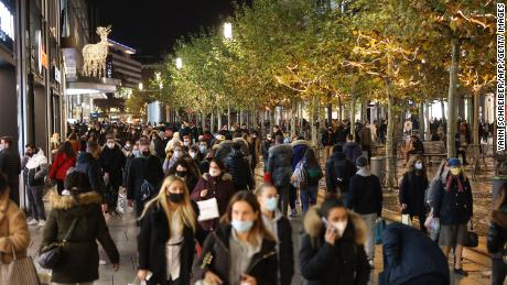 People thronged Frankfurt's Zeil shopping street on December 15, the last day before the national lockdown.