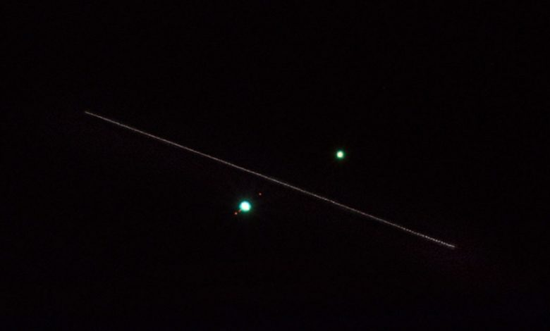 Photographer captures the International Space Station as it passes between Jupiter and Saturn