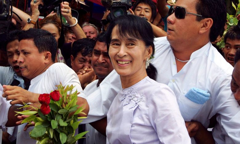 """Burma, Aung San Suu Kyi is in prison for """"illegally imported"""" radios: it takes a risk for up to two years.  G7: """"Free the prisoners"""""""
