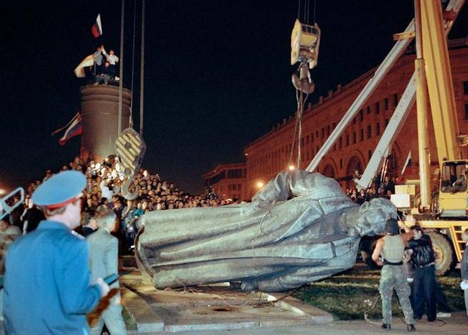 "Moscow dusts the statue of ""the father of the KGB,"" and votes to return it to his place - Corriere.it"