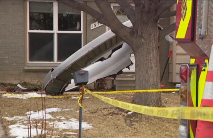 Usa, guasto al motore: aereo perde pezzi su case a Denver. VIDEO