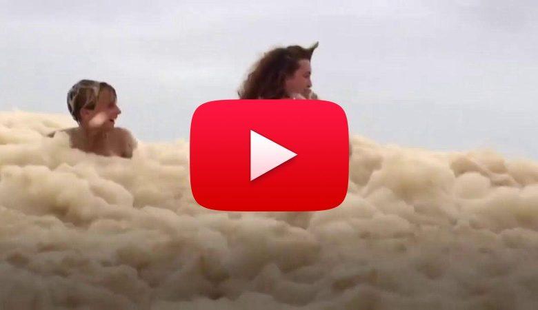 Meteo ESTREMO in AUSTRALIA: il CANE scompare sotto la SCHIUMA che inonda la SPIAGGIA. Il VIDEO