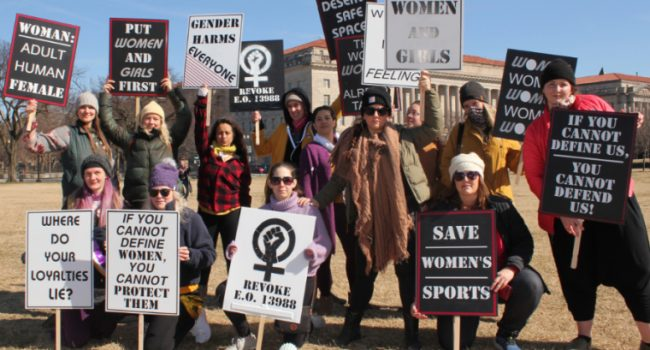 Usa, attiviste per i diritti delle donne protestano contro Biden