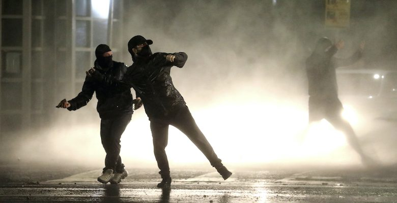 Last night, new clashes broke out between protesters and police in several cities in Northern Ireland