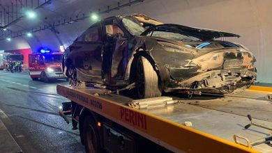 Photo of It collided with the tunnel wall, wrecking a Tesla car and two hospital people