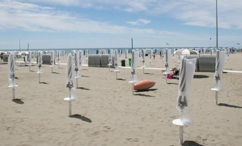 Grado, to get to the main beach there is an obligation to pay (3 euros) a service ticket