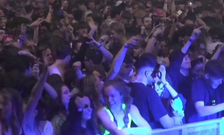 Covid, Maxi-experience event in Liverpool: Over 3,000 people dance without a distance or masks - video