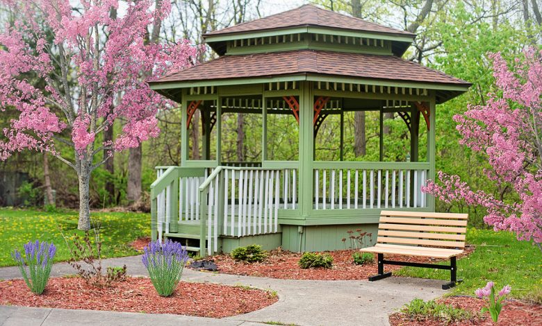 How to paint a wooden gazebo that has been damaged by rain and wind and has an impeccable balcony that makes our neighbors envy