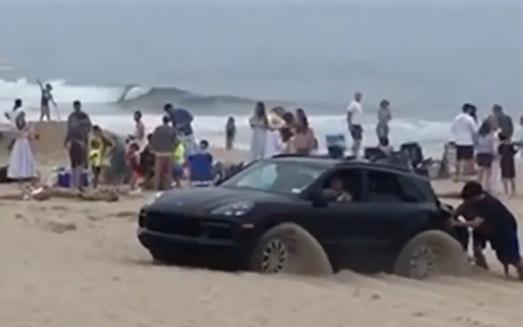 In spiaggia con il Porsche Cayenne: pessima idea