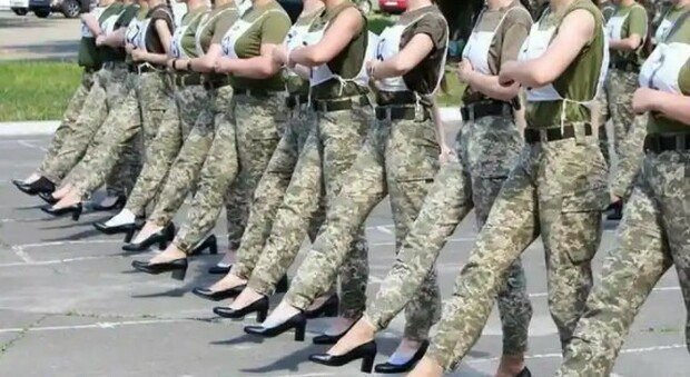 Ukraine, female soldiers parade in the aftermath: the controversy