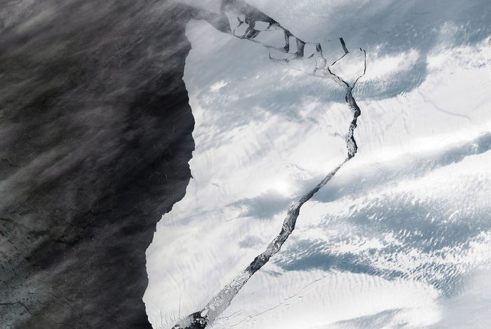 Antarctica, icebergs crawling on coasts near UK research base - Terra & Poli