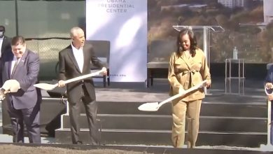 Photo of Barack Obama in Chicago lays the foundation stone for the Obama Presidential Center – La Vos de New York