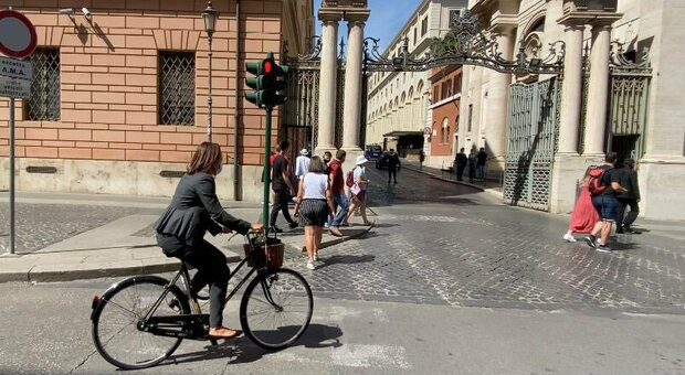By bicycle in the Vatican to avoid pollution, the green ambassador of Australia inaugurated a new style